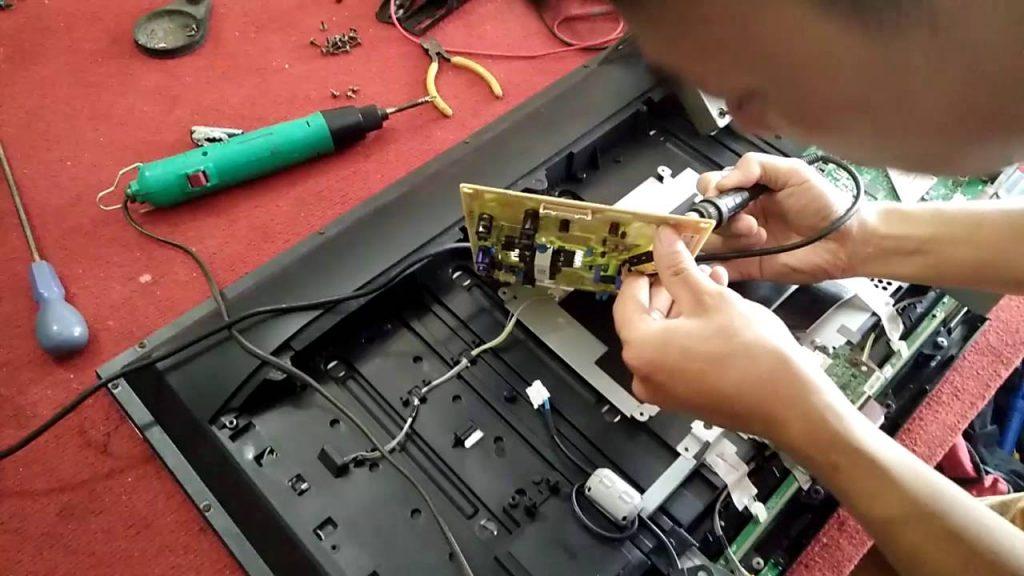 Mọi thao tác sửa chữa tivi đều phải chuyên nghiêp, chính xác và cần thận