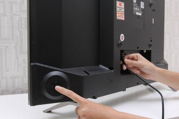 Thợ sửa chữa sẽ giúp bạn kiểm tra và xác định lỗi hỏng ở tivi